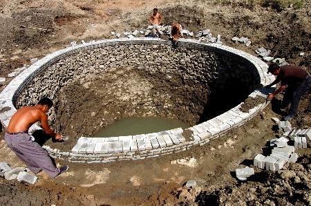 图文:阜新县务欢池镇农民在抢修机井