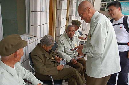 图文:老人们看自己刚拍的照片