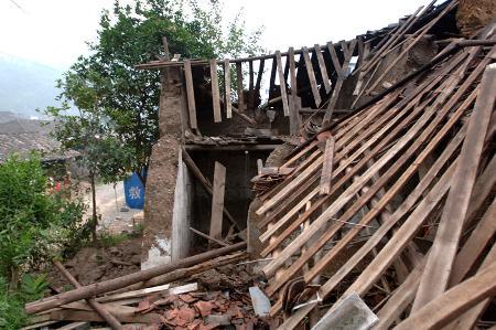 图文:地震中倒塌的房屋