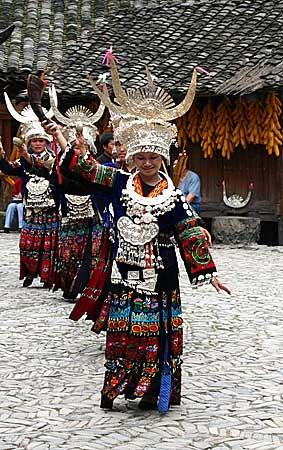 图文:表演民族舞蹈的苗家姑娘<b