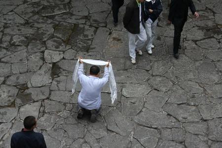 图文:拉萨大昭寺前手持哈达长跪的汉族游客