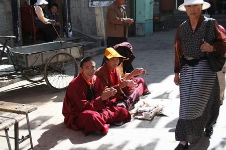 图文:八廓街旁小巷里正在击掌高呼化缘的喇嘛