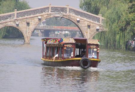 9月18日,游人乘坐游船游览苏州山塘风景区.