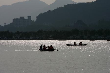 手绘山水泛舟风景