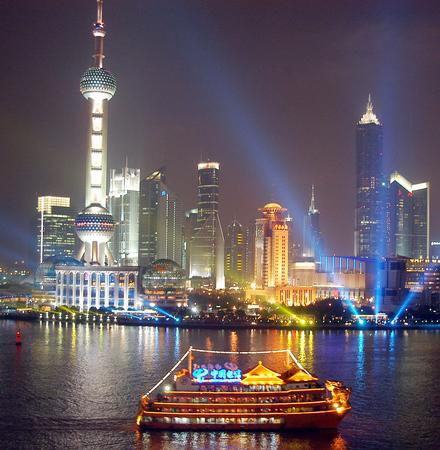 组图:上海黄浦江举行彩船大巡游