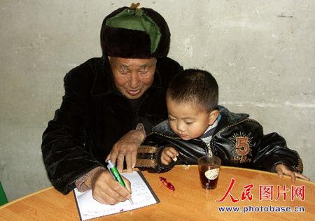 图文:宋太针与3岁的重孙子在一起时特别开心