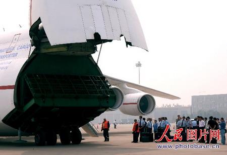 组图:世界最大飞机首次降落中国大陆地区