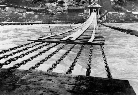 资料照片:大渡河上的泸定桥