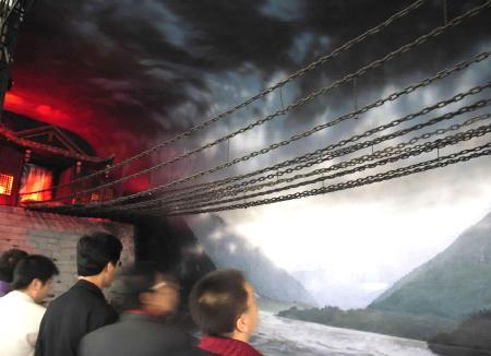 图文:群众参观纪念红军长征胜利70周年展览