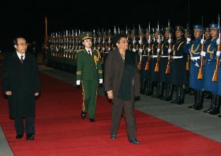 图文:利比里亚总统抵达北京