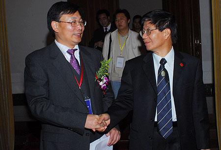 图文:舒富民与李君如握手