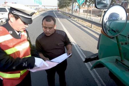 图文:民警为外地司机发放中非论坛期间绕行图
