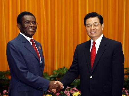图文:胡锦涛会见赤道几内亚总统