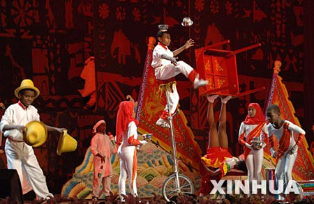 图文:演员表演《非洲节目集锦》