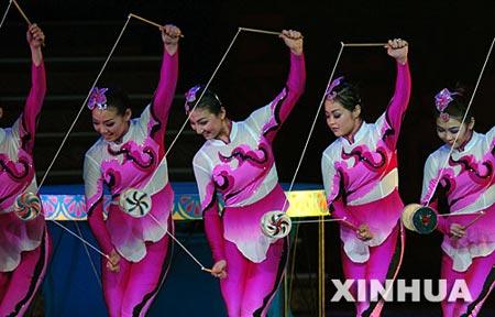 图文:中国演员表演《空竹飞花》