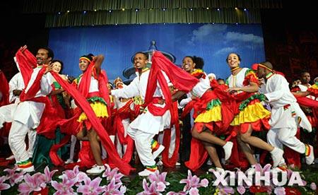 图文:非洲演员在表演节目