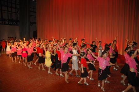 图文:少儿拉丁舞表演