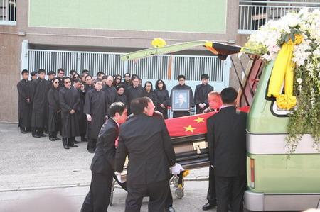 点击此处查看全部新闻图片   霍英东灵柩盖着国旗   霍英...