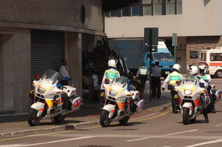 图文:负责为霍英东灵车开道的警用摩托车