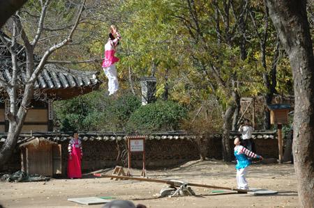图文:韩国演员在跷跷板上高高跃起