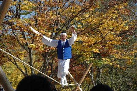 图文:韩国演员表演走绳索