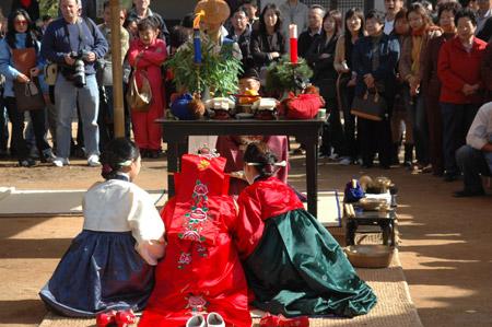 图文:韩国演员演示传统婚嫁仪式