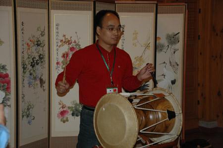 图文:团员学习使用韩国的传统乐器