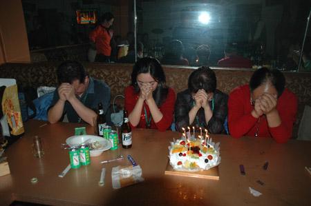 图文:四名团员过生日一起许愿