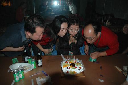 图文:四名团员过生日一起吹蜡烛