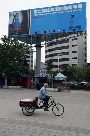 图文:连州街头的摄影年展户外广告