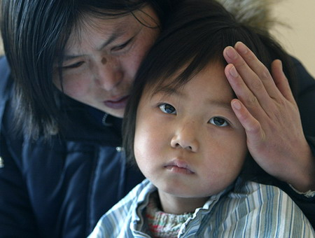 图文:母亲怀抱着孩子