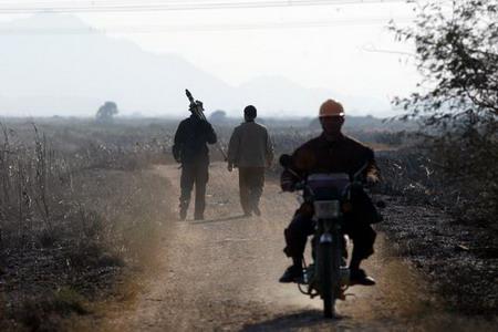 科考人员与当地走在乡间小路上