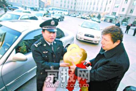 传奇富豪李春平捐赠北京警方15辆警车(图)