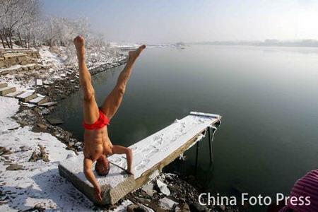 图文:拿大顶是老高自创入水前的热身活动