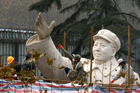 组图:郑州清洗毛主席花岗岩雕塑