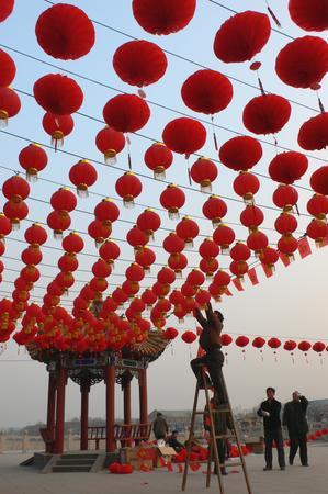 组图 河南开封翰园碑林悬挂红灯笼迎新春