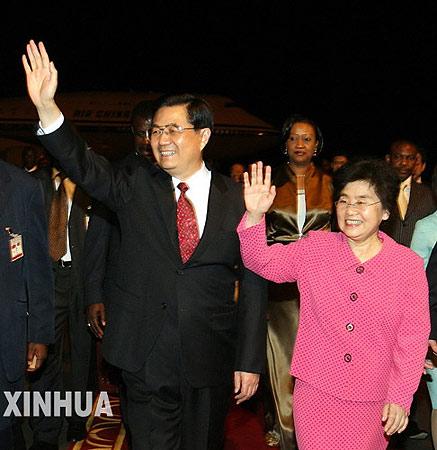图文:国家主席胡锦涛抵达喀麦隆首都雅温得