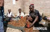 图文:男子出售卢萨卡传统小吃油炸蝗虫