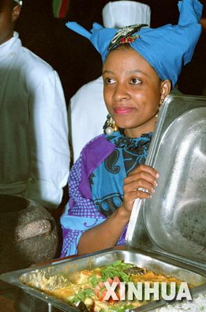 图文:坦桑尼亚女学生介绍传统食品可可鱼