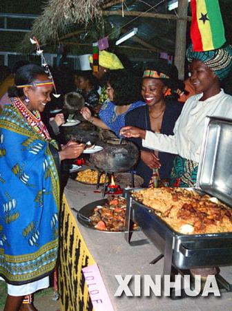 图文:肯尼亚马赛族妇女品尝加纳风味佳肴