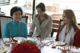 图文:胡锦涛夫人在迪拜出席宴会