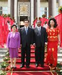 图文:胡锦涛主席夫妇与比亚总统夫妇合影