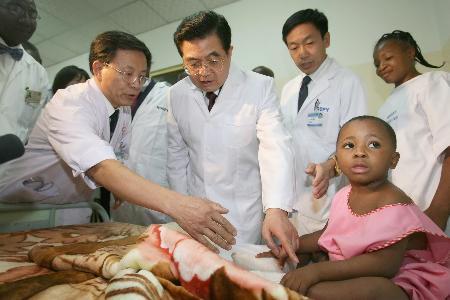 图文:胡锦涛参观中国援建的雅温得妇女儿童医院