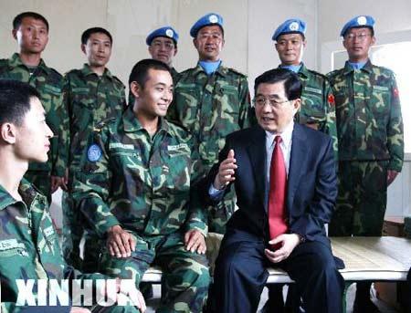 图文:胡锦涛视察中国驻利比里亚维和战士