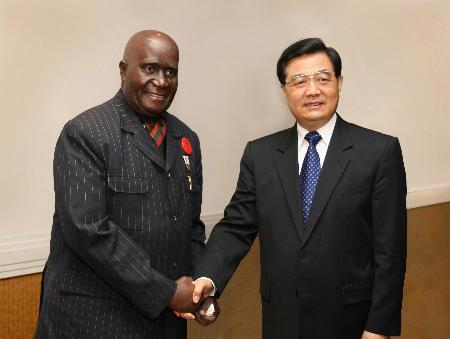 图文:胡锦涛会见赞比亚前总统卡翁达