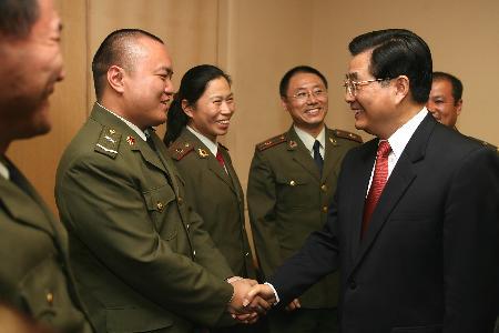 图文:胡锦涛看望中国援赞军队医疗组