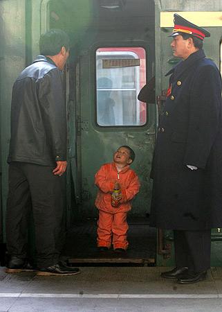 图文:孩子跑到车门边跟送站的爷爷告别