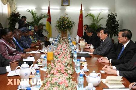 图文:胡锦涛会见莫桑比克议长穆伦布韦