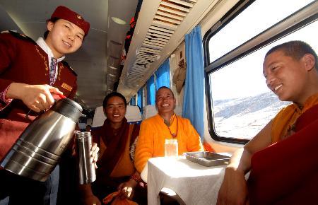 图文:乘务员在青藏铁路列车上为旅客倒开水