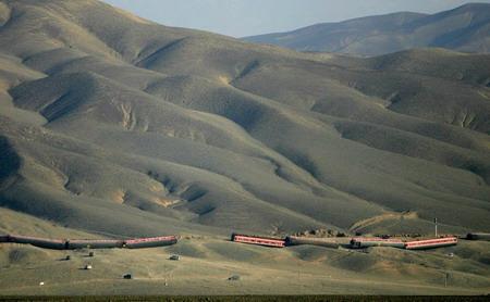 图文:新疆大风吹翻列车